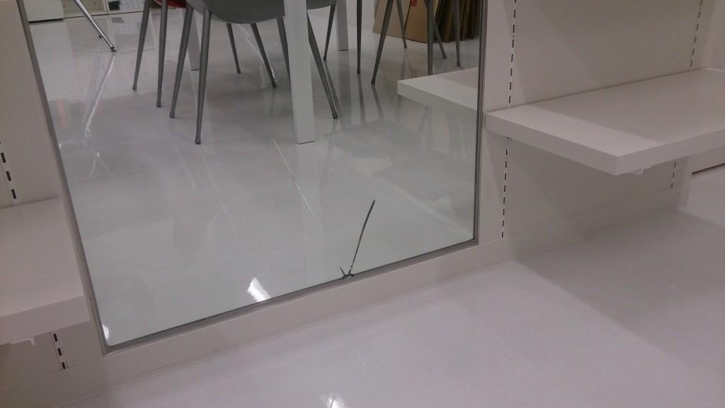 新しいオフィスの鏡